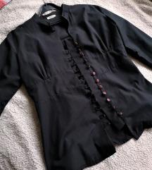 Crna košulja sa crvenkastim gumbima