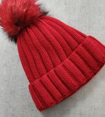 Crvena pletena kapa