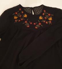 Crna bluza s cvjetnim uzorkom