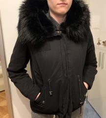 Zara efektna crna jakna snizeno!