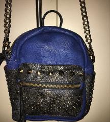 Plava torbica preko ramena sa zlatnim zakovicama