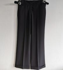 Nove crne hlače na crtu