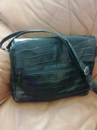Crna torba od prave kože, uključena poštarima