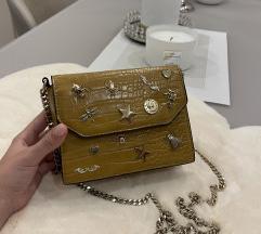 Mala krem torbica sa zlatnim detaljima