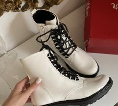 NOVO! S Oliver bijele lakirane čizme