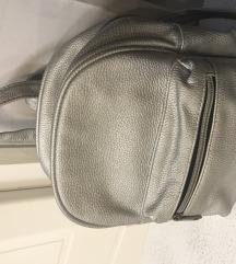 srebrni mali ruksak
