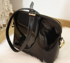 Crna lakirana torba