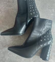 Crne kožne cipele sa zakovicama