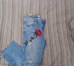 Zara ripped jeans s cvjetnim uzorkom