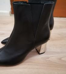 Zara gležnjače s metaliziranom potpeticom