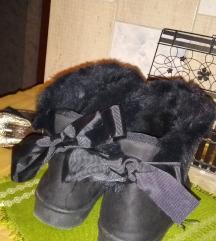Čizme sa krznom i mašnama