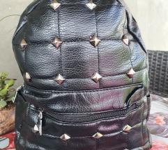 Novo crni ruksak sa zakovicama