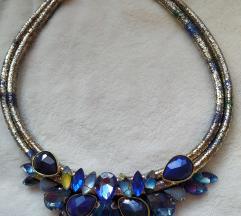 Plava ogrlica sa zlatnim detaljima