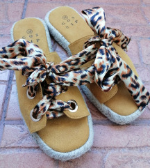 Sandale s leopard mašnom