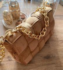 Bež torba sa zlatnim lancem
