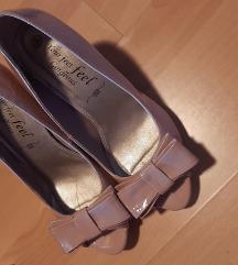 Roza cipele na tanku petu