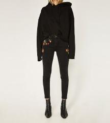 Zara crne traperice sa cvjetnim motivom