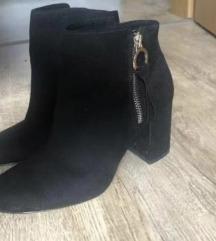 Crne cizme na petu