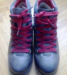 Sive gležnjače s crvenim vezicama