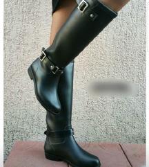 Crne gumene cizme