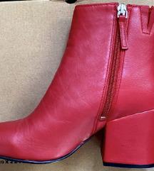 Crvene čizme na petu