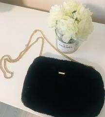 Crna krznena torbica guess