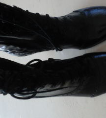 Crne kožne čizmice lakirane