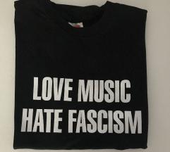 Majica s natpisom M