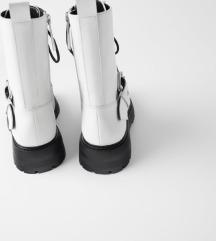 Ravne kožne čizme s kopčom, Zara