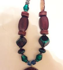 Dugačka šarena ogrlica s privjeskom