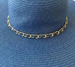 Plavi šešir sa zlatnim detaljem