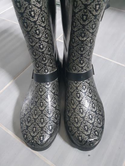 Crne gumene čizme sa detaljima