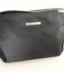 Benetton mala crna torbica