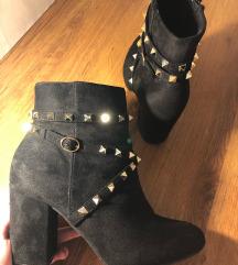 Crne niske cizmice s potpeticom