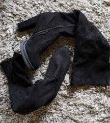 Crne visoke čizme do koljena na petu