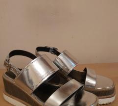 Bershka srebrne sandale (br. 37)