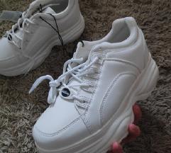 bijele visoke tenisice na platformu
