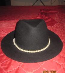 crni šešir, sa bisernom ogrlicom