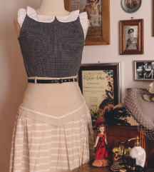 Točkasta bluza i krem suknja na pruge