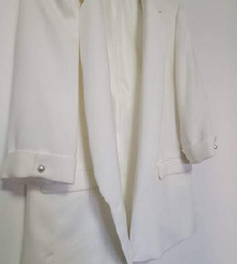 Novi Zara bijeli blejzer s bisernim gumbima