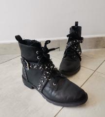 Čizme s zakovicama