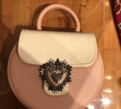 Rozo bijela torba sa ukrasnom kopčon