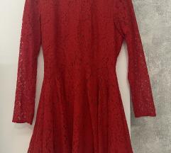 Crvena čipkasta strukirana haljina